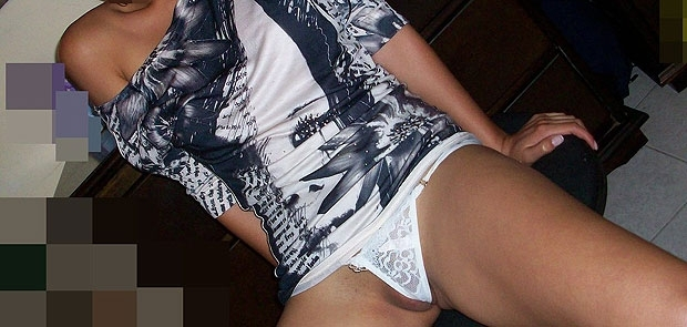 12 Fotos – Es mi novia se excita mostrando su coño y su tanga. Buscamos...